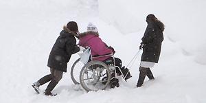 雪道の車椅子の介助